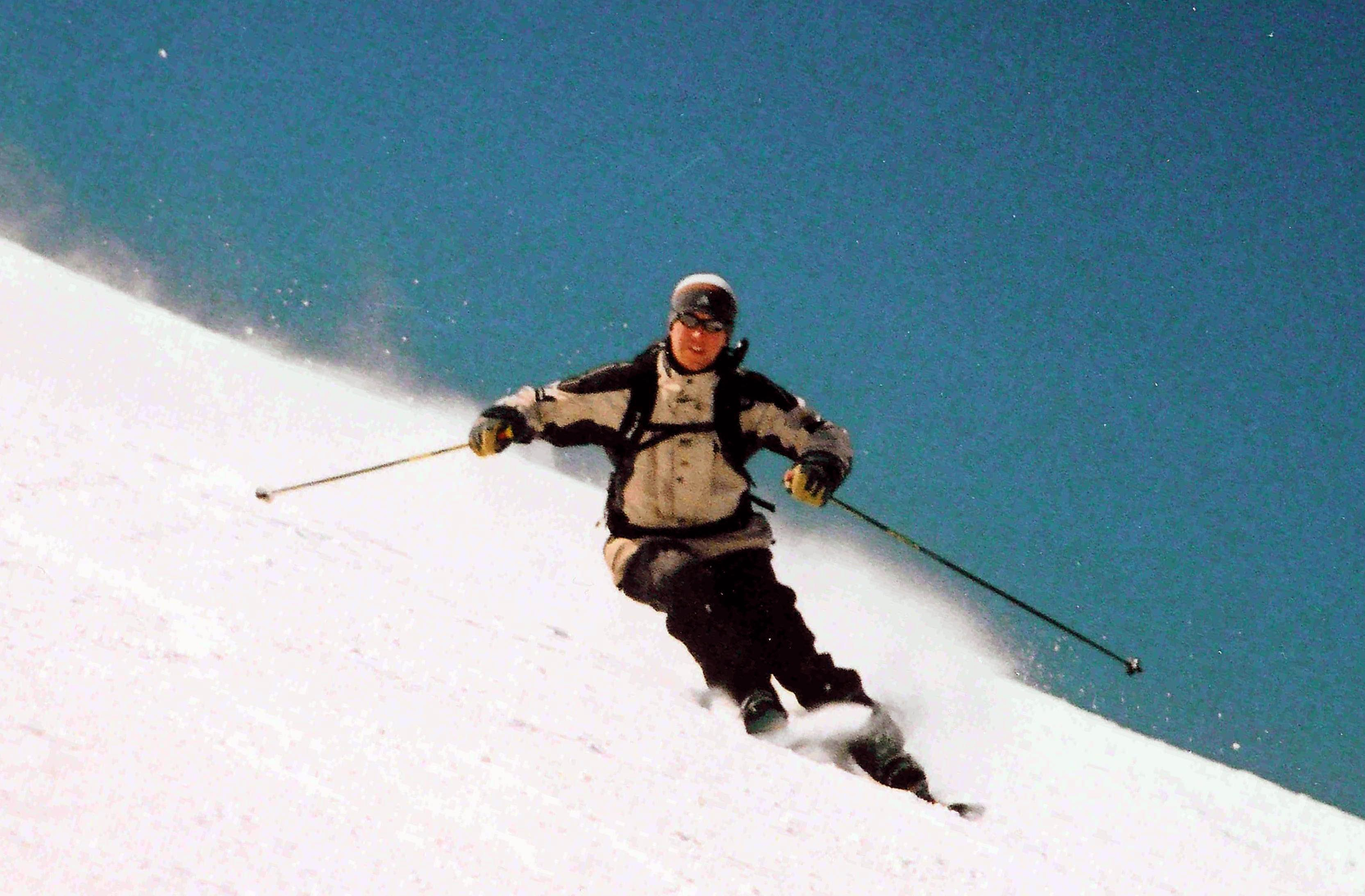 Skier-carving-a-turn